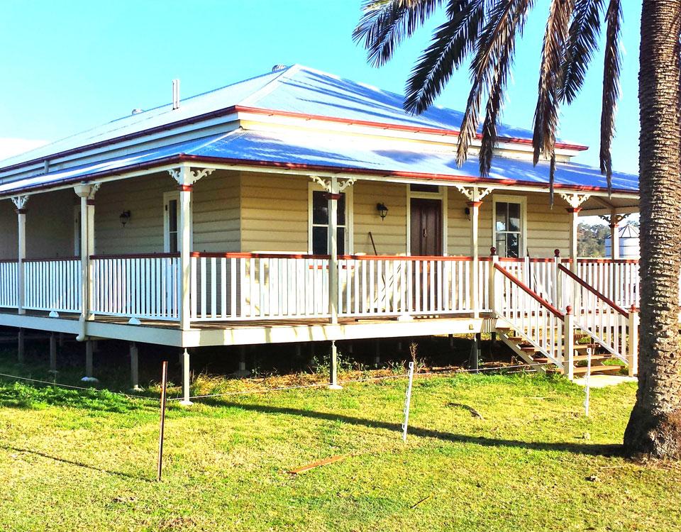 Exterior hinton painting services for Queenslander exterior colour schemes